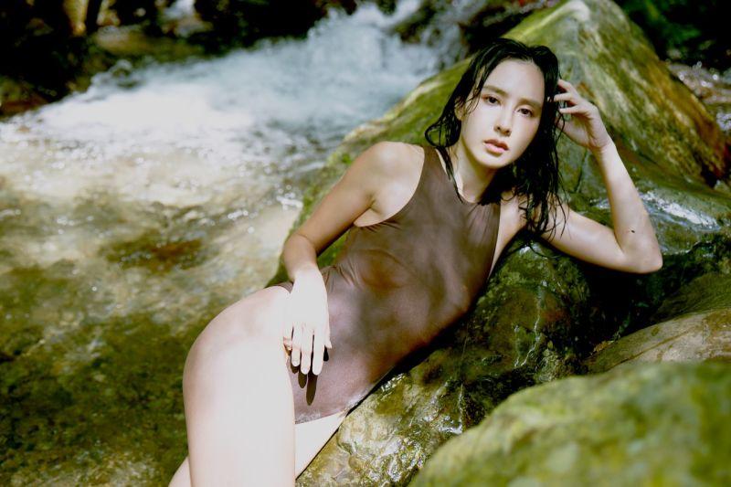 ▲房思瑜在山中秘境拍攝寫真。(圖/TVBS提供)