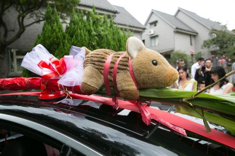 最吸睛迎娶禮車!新娘最愛「豬娃娃」綁車頂 網:超可愛