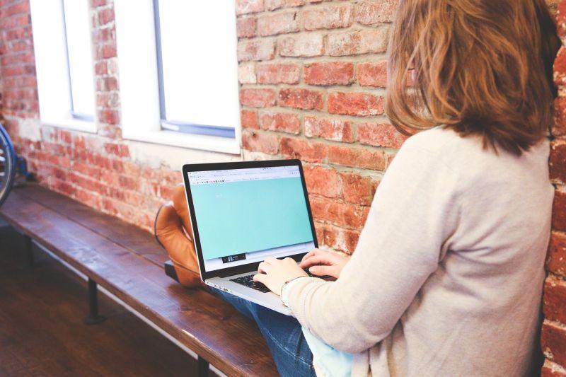 ▲女網友表示自己面試10間公司都被打槍,想「造假」曾在廣告公司上班,卻也被網友們嗆「人品堪憂」。(示意圖,圖中人物與文章中內容無關/取自 pixabay )