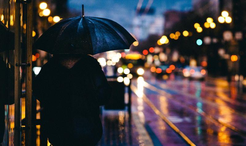 ▲受到東北季風持續影響,北台灣依舊天氣濕冷。(示意圖,圖中人物與文章中內容無關/取自unsplash)