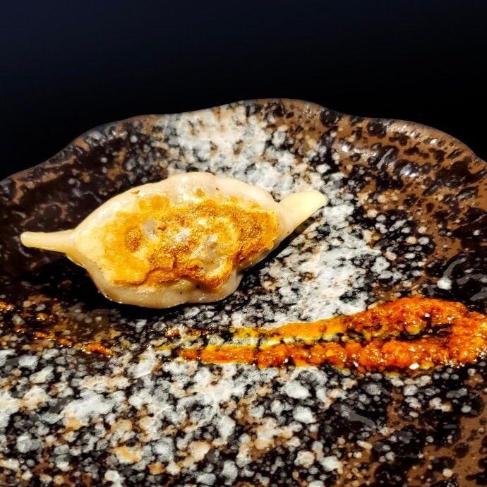 ▲業者特別開發特色料理,和牛蟹肉煎餃佐紅咖哩醬,帶給消費者不同的和牛體驗(圖/業者提供)
