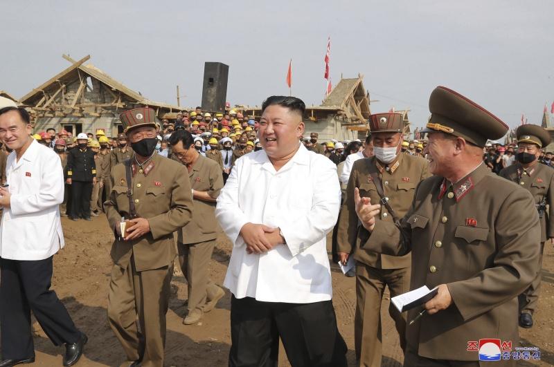▲北韓最高領導人金正恩再度前往黃海北道銀波郡,視察颱風後的重建狀況,並對軍隊投入工作的迅速成效十分滿意。(圖/美聯社/達志影像)