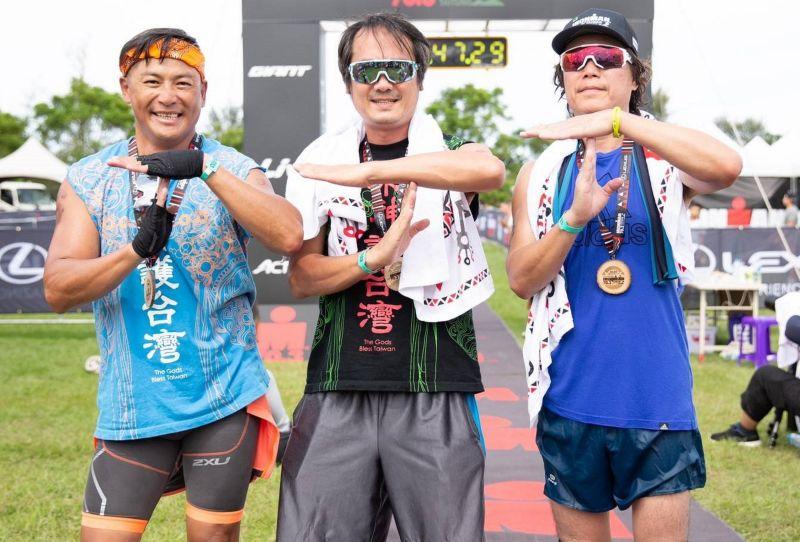 ▲江宏恩(左起)、白董、吉董接力完成鐵人三項比賽。(圖 / 台灣鐵人三項公司提供)