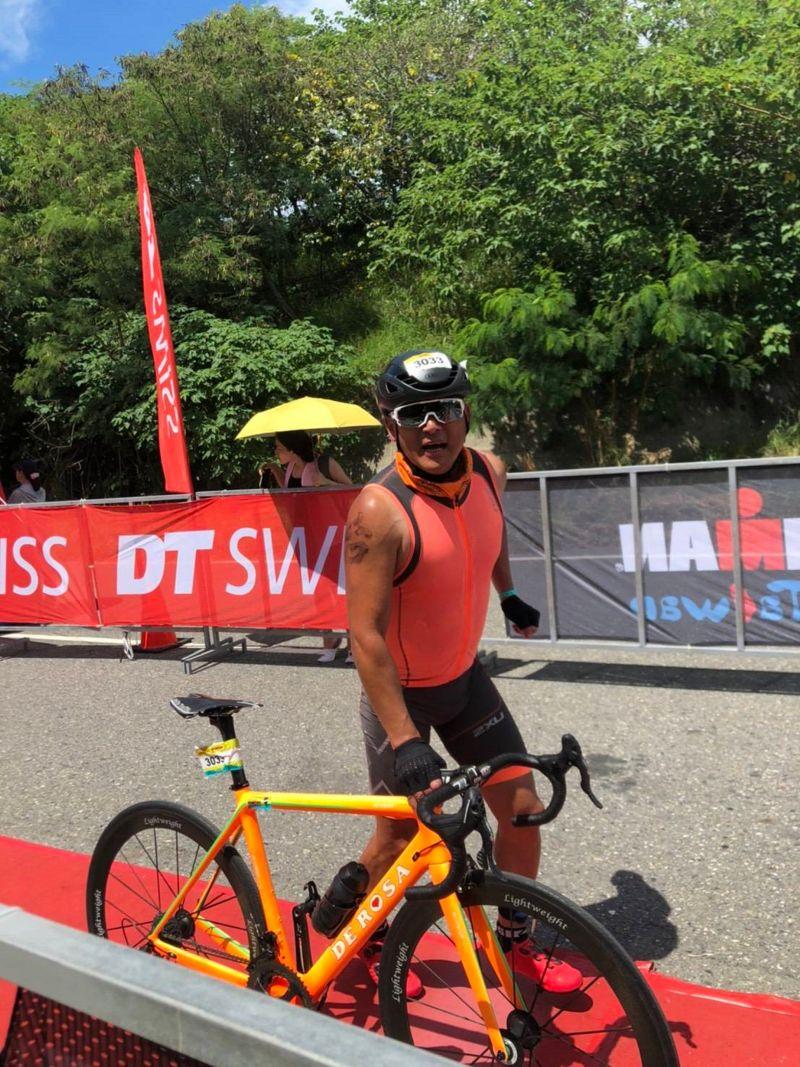 ▲江宏恩在烈日下比賽單車賽段。(圖