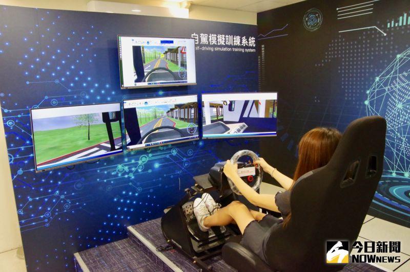 ▲廠商將系統參數輸入自駕車模擬器,就能自動測試複雜道路狀況。(圖/記者陳致宇攝)