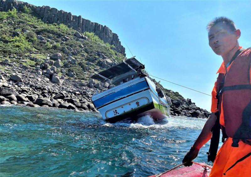 開船要小心 澎漁船自動舵失效擱淺虎井岸邊
