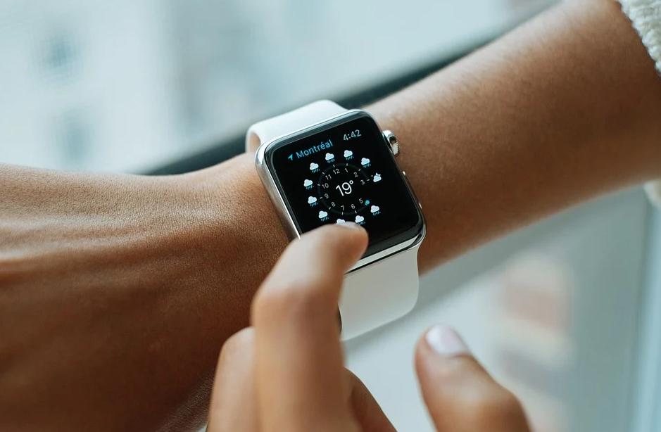 ▲有果粉入手最新的iPhone13,卻因嫌姐所麻煩考慮是否該入手買Apple Watch 6來搭配解鎖,話題掀起熱議。(示意圖/翻攝自《pixabay》 )