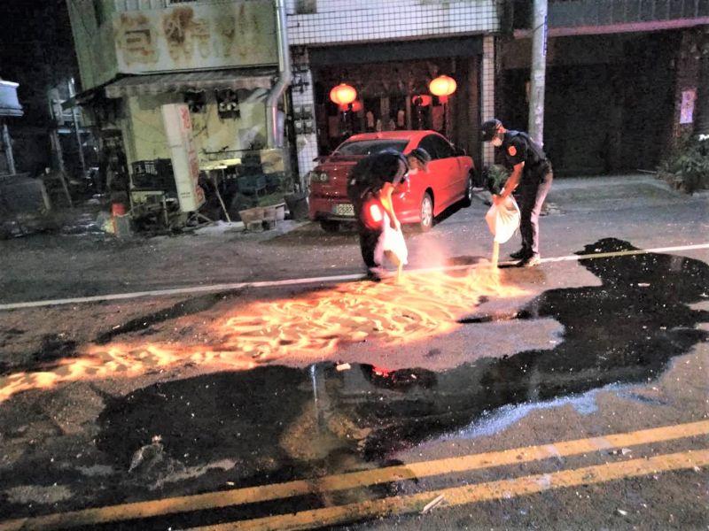 超跑撞翻小貨機油外洩 警察搬沙覆蓋油漬防滑