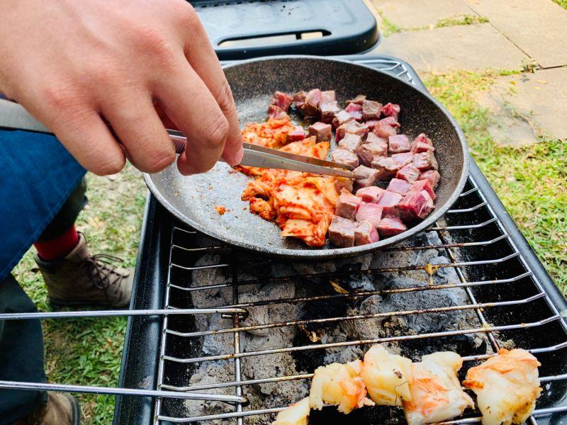 ▲家樂福今年中秋烤肉擋檔期,霸氣集結海陸雙拼上架,從戰斧豬排,到CAB安格斯牛肉,以及高級進口海鮮等。(圖/家樂福提供)