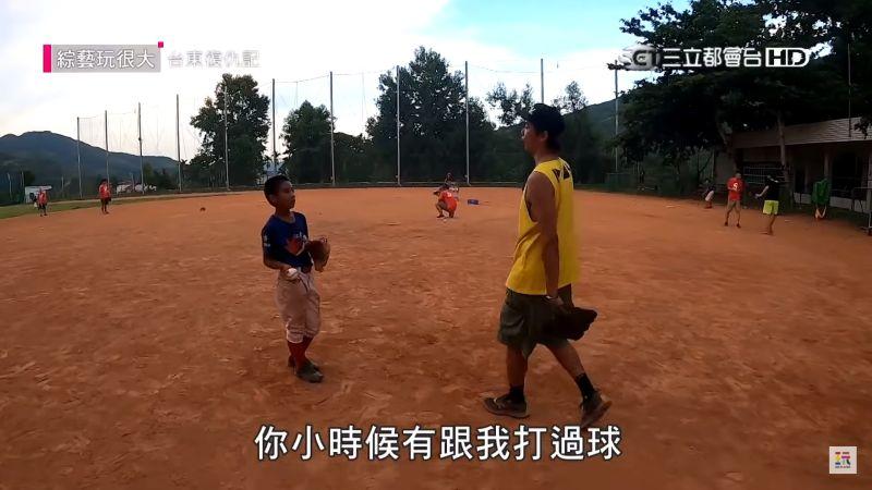 ▲小鬼與當地一名小孩,約定若未來成為職棒選手,在演藝圈相遇,一定要和他打聲招呼。(圖/翻攝綜藝玩很大YouTube)