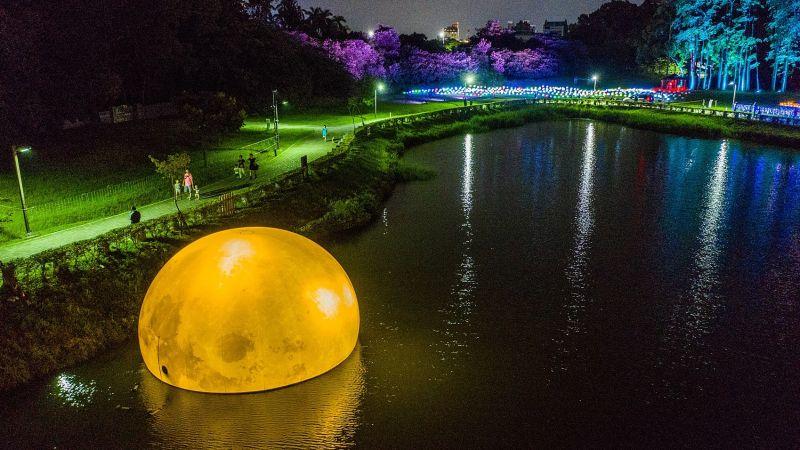 ▲湖面上有地表最大的月亮(圖/嘉義市政府提供)