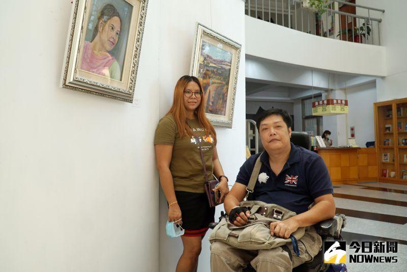 ▲口足畫家曾啟雄(右)的作品「安娜」以印尼看護安娜(左)為主角。(圖/記者陳雅芳攝)