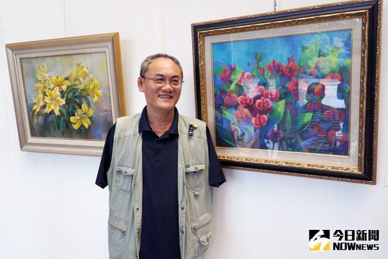 ▲口足畫家陳世峰在大葉大學圖書館展出花卉畫作。(圖/記者陳雅芳攝)