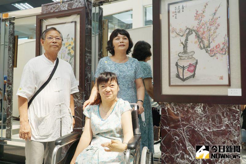 ▲楊淑怡(前)在大葉大學圖書館展出她用腳創作的國畫。(圖/記者陳雅芳攝)