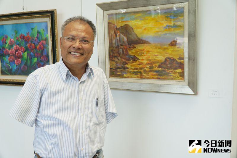 ▲口足畫家謝坤山在大葉大學圖書館展出「濱海夕照。(圖/記者陳雅芳攝)