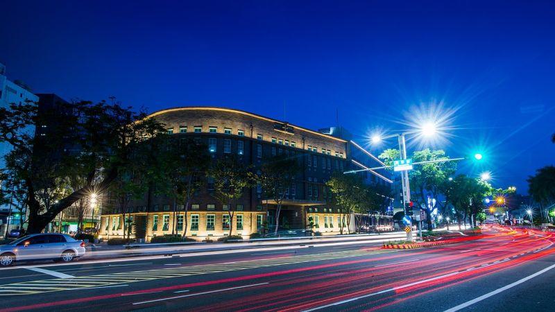 ▲嘉義市立美術館外形夜景。(圖/嘉義市政府提供)