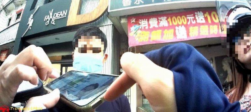 ▲越南籍失聯男移工竟異想天開,拿出手機顯示黑白身分證影本企圖矇混被逮。(圖/記者黃正忠翻攝,