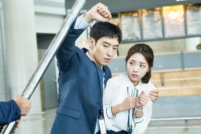 ▲▼李帝勳(上圖左)劇中有機器手臂。(圖/緯來)