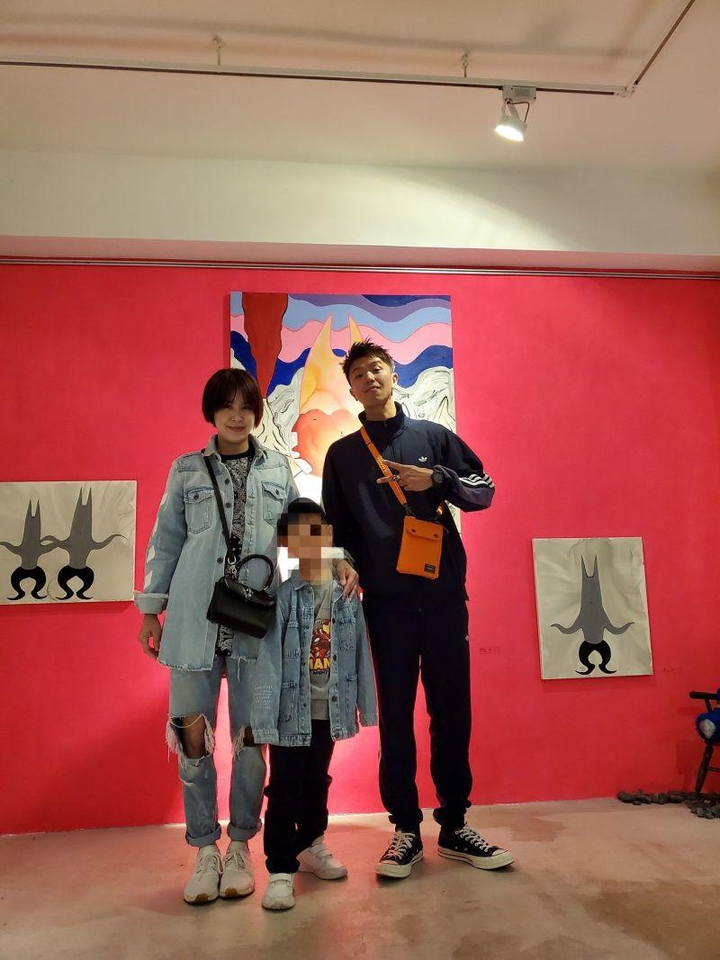 ▲黃小柔(左)曾帶兒子去參加小鬼(右)的畫展。(圖/黃小柔臉書)
