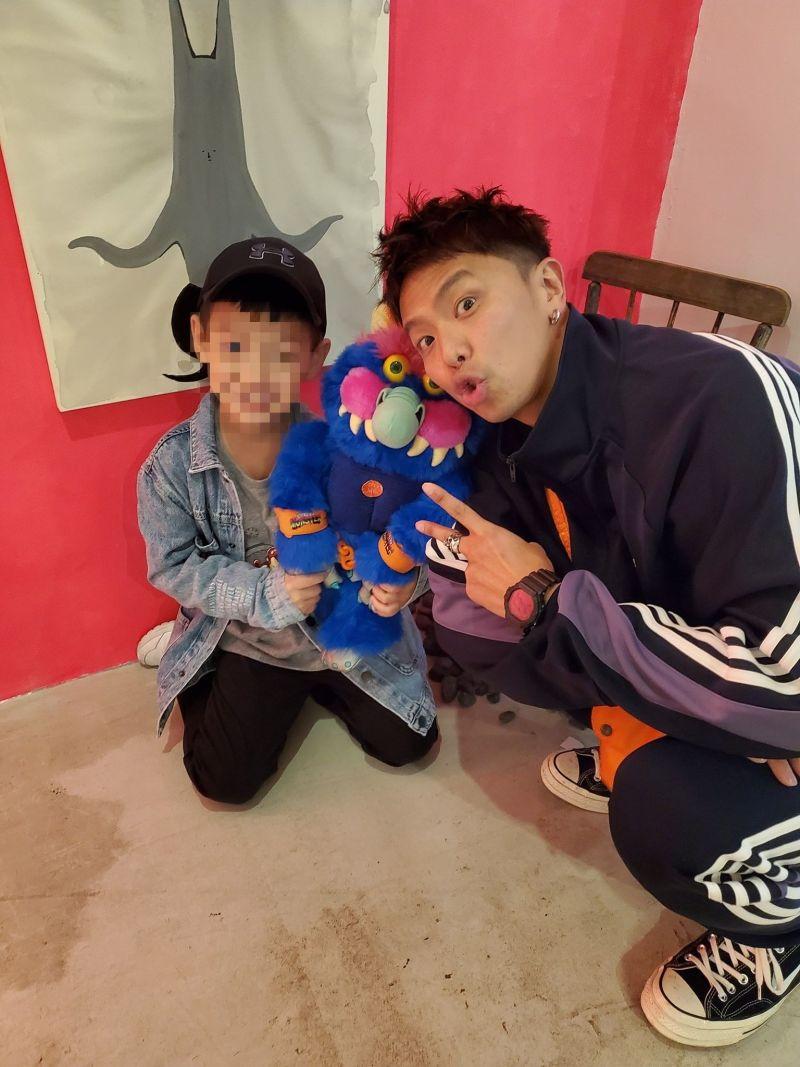 ▲小鬼(右)和黃小柔的兒子(右)時常玩在一起。(圖/黃小柔臉書)