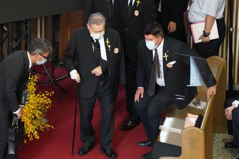 ▲美國國務院次卿凱斯・克拉奇(右)、日本前首相森喜朗(左)出席李登輝追思告別禮拜。(圖/台北市攝影記者聯誼會提供)