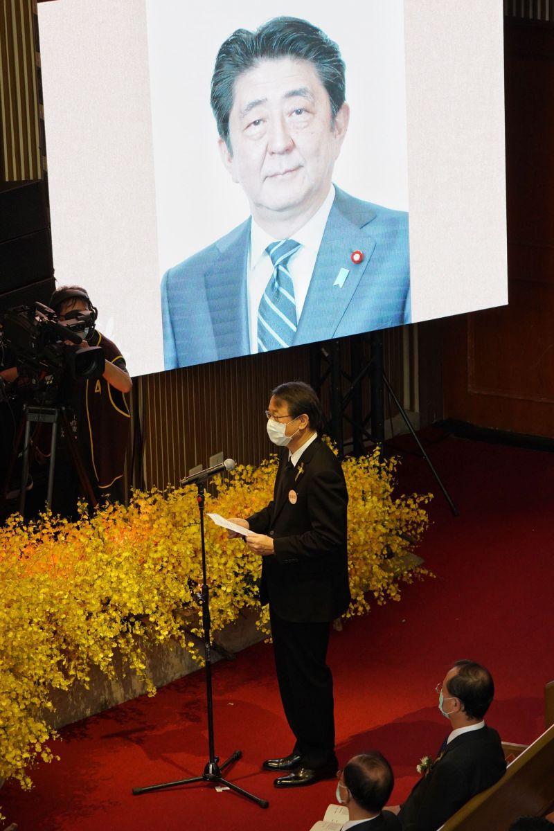 ▲李登輝追思告別禮拜,日本台灣交流協會代表泉裕泰宣讀日本前首相安倍晉三悼詞。(圖/台北市攝影聯誼會提供)