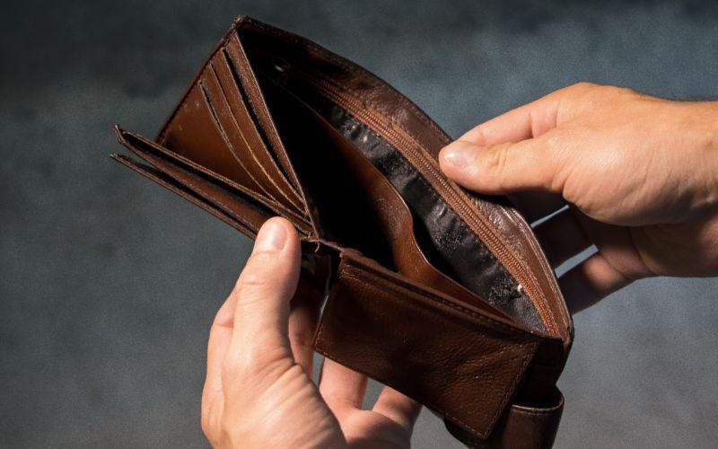▲趁年輕即早理財,避免落入貧窮的陷阱。(圖/Pxfuel)