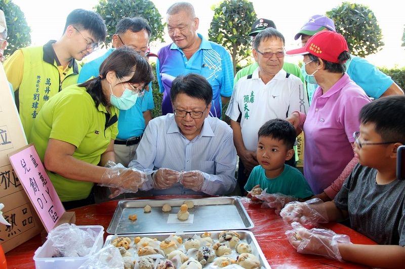 ▲縣長潘孟安也親自體驗製作牛奶肉包。(圖/屏東縣政府提供,