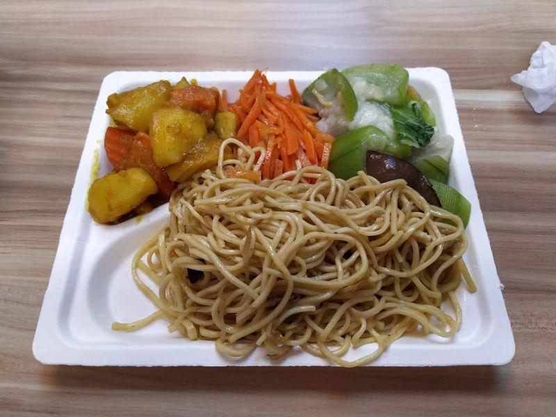 ▲▲咖哩、紅蘿蔔絲、瓠瓜和一些炒麵,沒有魚肉的素食自助餐,要價149元。(圖/翻攝自臉書社團《爆怨公社》)(圖/翻攝自臉書社團《爆怨公社》)
