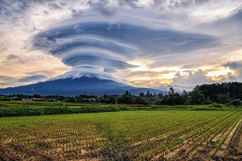美到像P圖!<b>富士山</b>飄「詭麗幽浮雲」 網歪樓:訊號很好