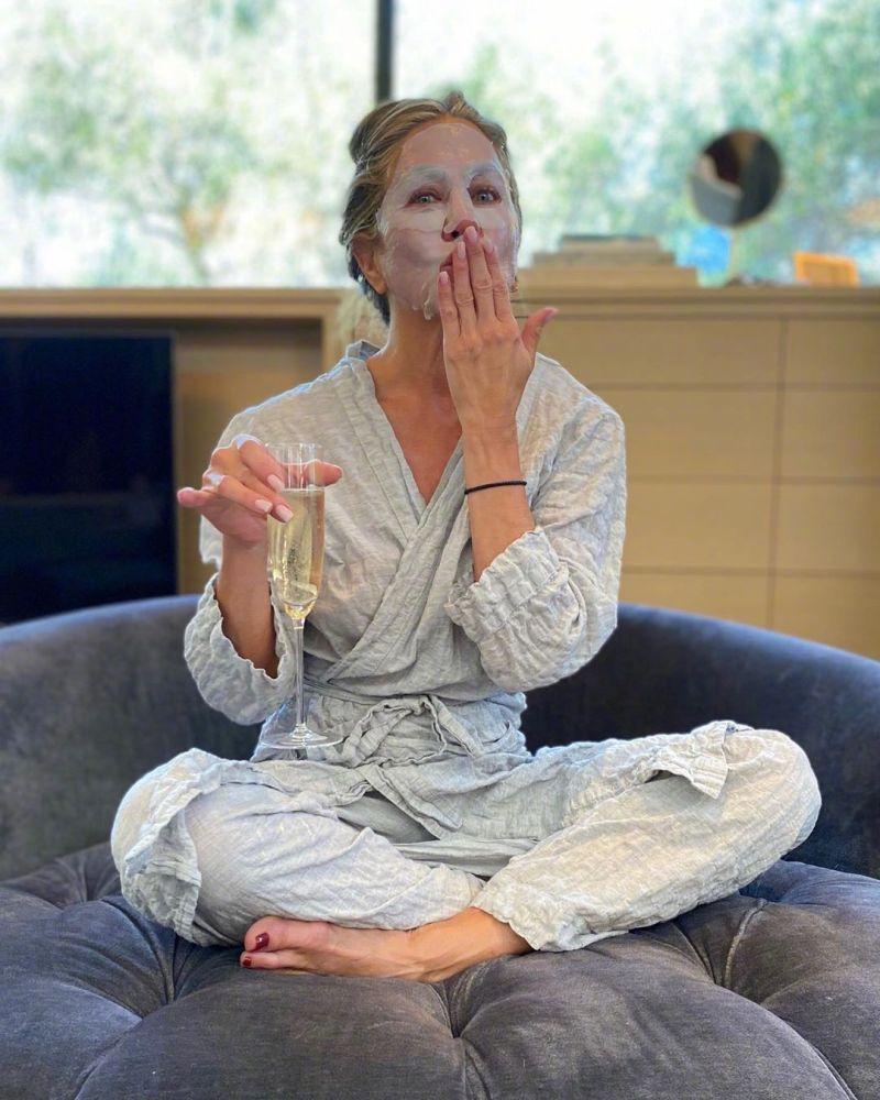 ▲安妮斯頓的敷面膜秀,是艾美獎紅毯時間最大亮點。(圖/安妮斯頓IG)