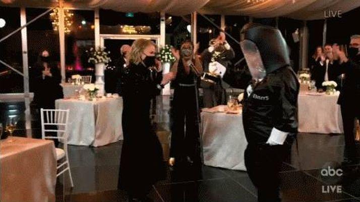 ▲▼艾美獎工作人員全副武裝拿著獎杯,等在提名者附近,如果你沒得獎就掰掰啦(下圖)。(圖/翻攝abc電視台)
