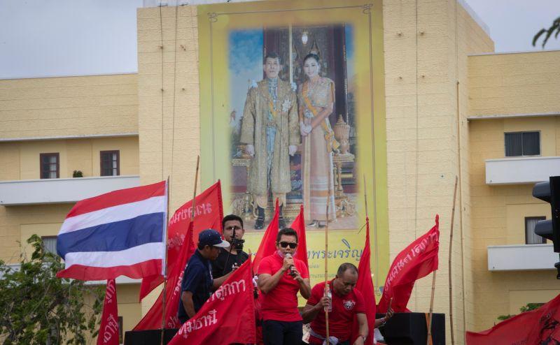 ▲示威者高喊「國家屬於民眾,不是屬於國王」,要求限制泰王瓦集拉隆功(