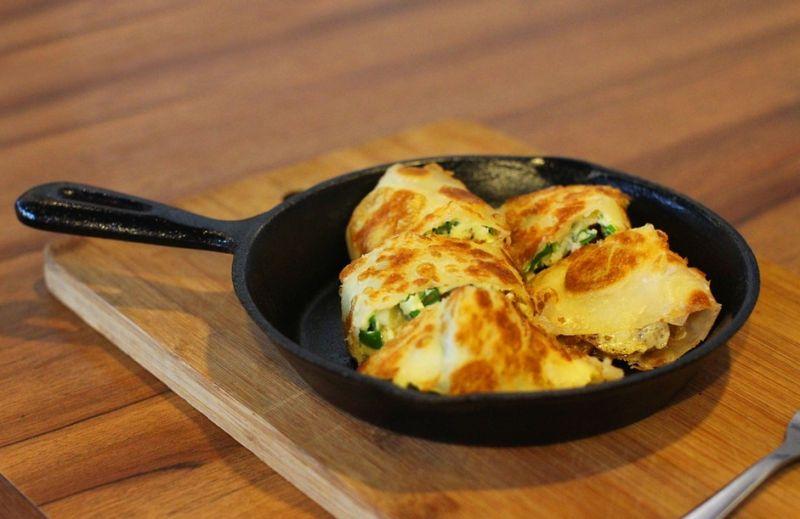 ▲一名網友表示,她同事偏愛「燒餅夾蛋餅」,但他認為很奇怪,對此,不少老饕也紛紛曝光自己見過的「另類早餐」。(示意圖/翻攝自Pixabay)