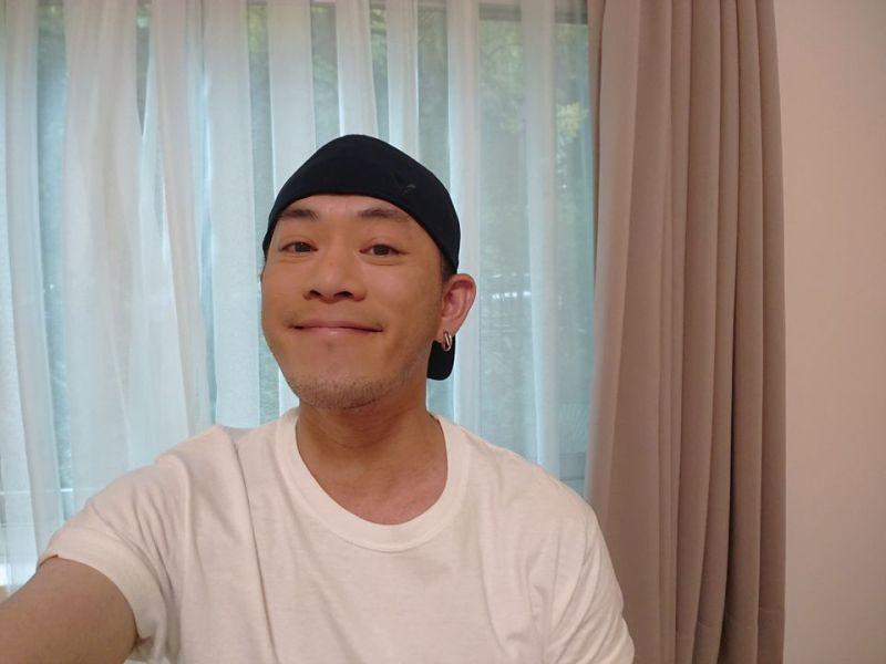 ▲Junior左耳戴上小鬼的耳環外出。(圖/Junior臉書)