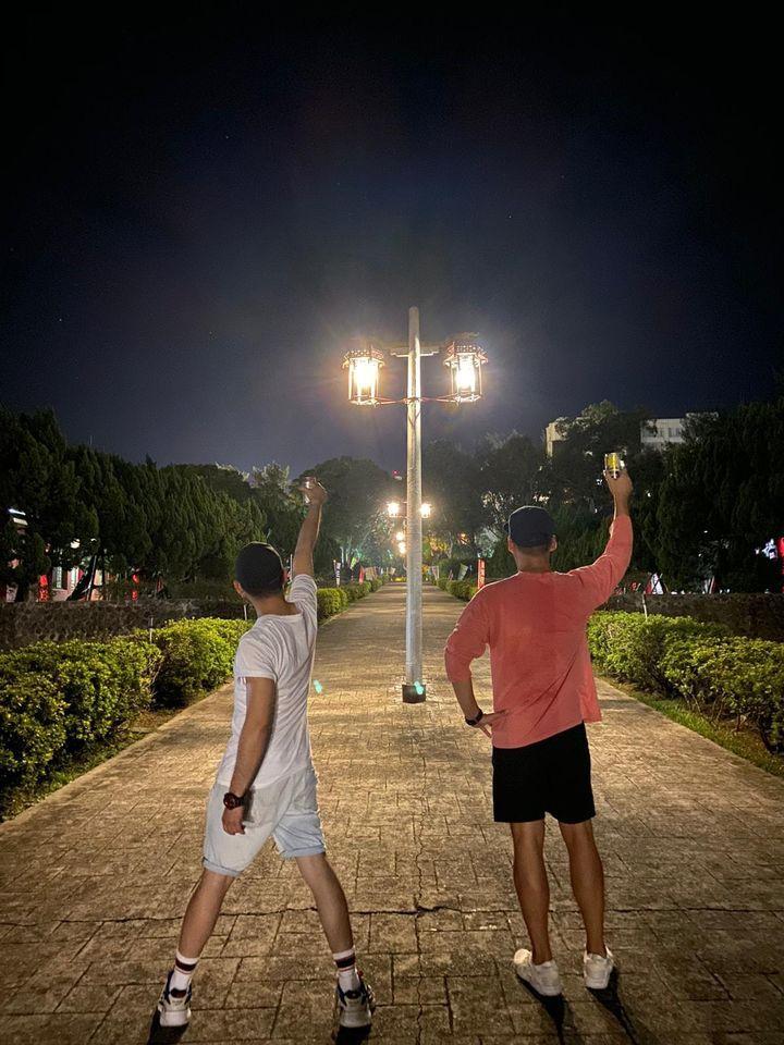 ▲Junior(左)舉杯敬天上的小鬼。(圖/Junior臉書)