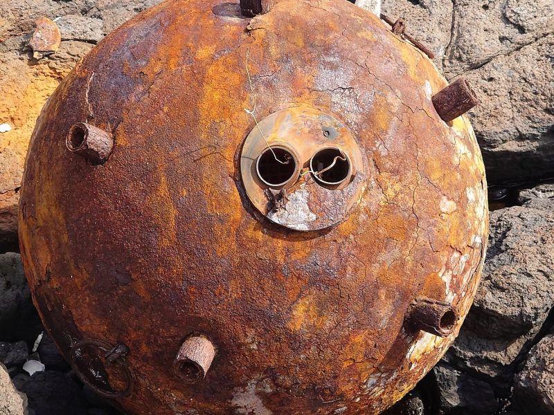 ▲水雷未爆彈彈體因年代久遠造成鏽蝕嚴重,已經無法比對查出它到底屬於哪個年代、哪個國家所有。(圖/劉姓民眾提供)