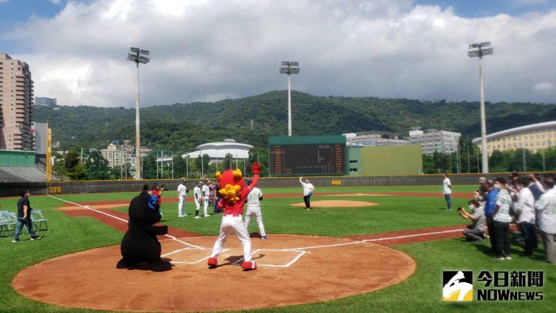 天母棒球場人工草皮啟用完成,台北市長柯文哲親自前來進行紀念賽開球