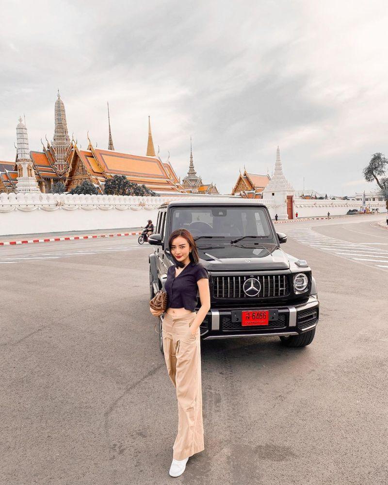 ▲現在的她,和丈夫定居於泰國的豪宅,經常曬出自己不同品牌和型號的豪車,還有奢侈的旅行生活。(圖/翻攝自臉書)