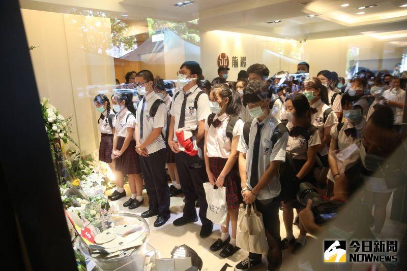 ▲華岡藝校校長丁永慶帶領40名學生現身小鬼靈堂。(圖/特約記者林敬原攝