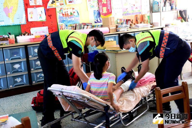 ▲演練小朋友被震倒建物壓傷,隨後展開緊急避難救災搶。(圖/記者陳雅芳攝,2020.09.21)