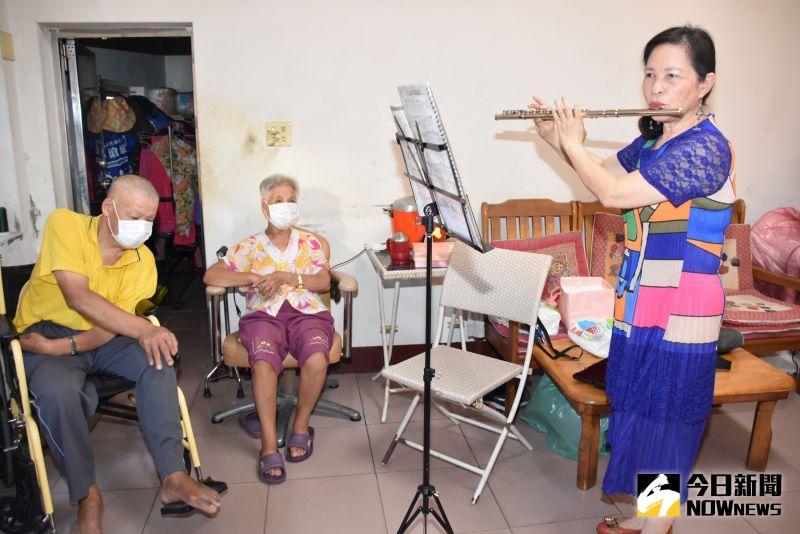 ▲詹麗珠執行長現場吹奏長笛《奇異恩典》。(圖/記者陳雅芳攝,2020.09.21)