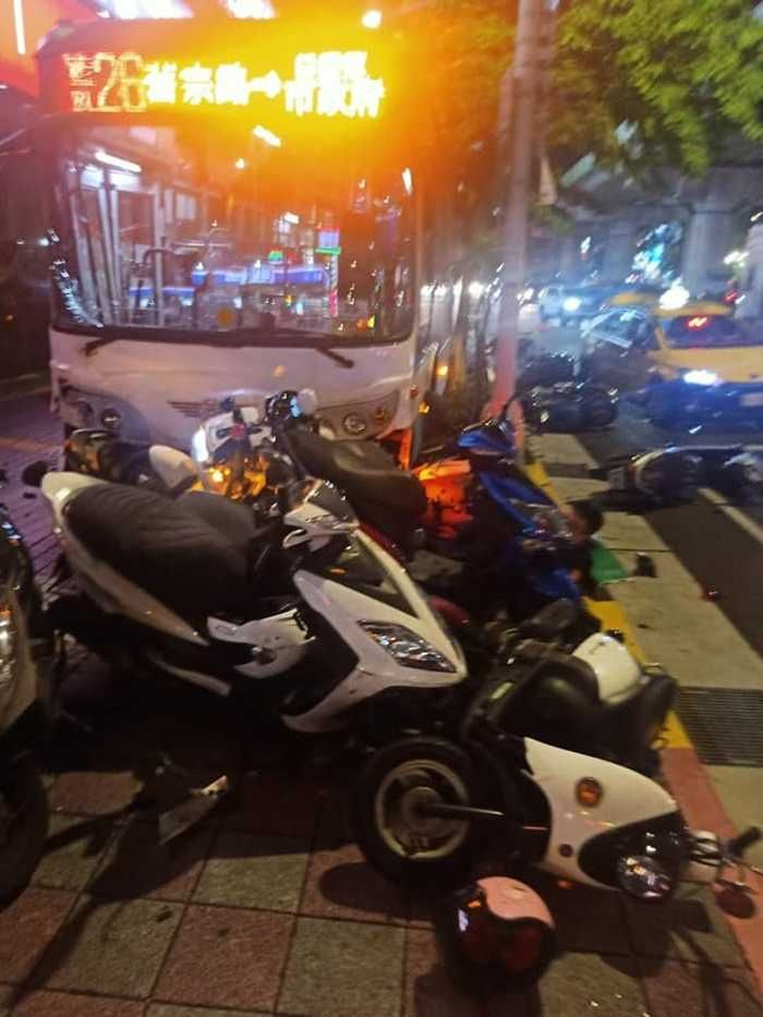 ▲台北市內湖區晚間發生一起公車衝上人行道事故,造成一死一重傷。(圖/翻攝臉書社團內湖讚)