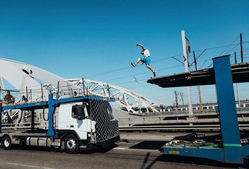 最狂極限挑戰!跑酷玩家在移動卡車上穿梭飛躍5米創紀錄