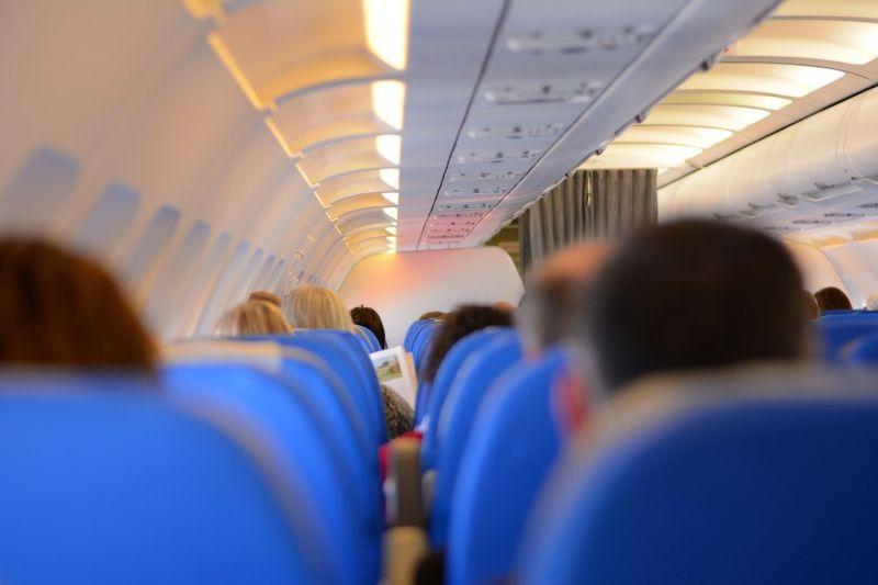 ▲為何飛機起飛後空姐要拉上布簾?「背後原因」太現實。(示意圖/取自pixabay)