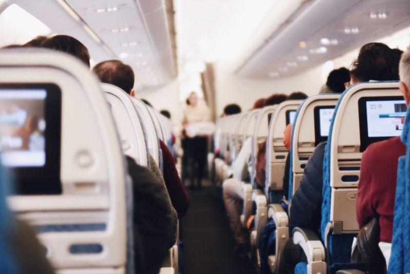 為何飛機起飛後空姐要拉上布簾?「3原因」曝光:好現實