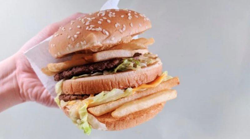 ▲一名男網友在《Dcard》貼文提到,女友吃大麥克時最愛吃中間的漢堡麵包,更稱其為大麥克的精華,為此感到相當不解,貼文立刻引發熱議,意外釣出饕客加碼分享「澎湃吃法」。(圖/翻攝自《Dcard》)