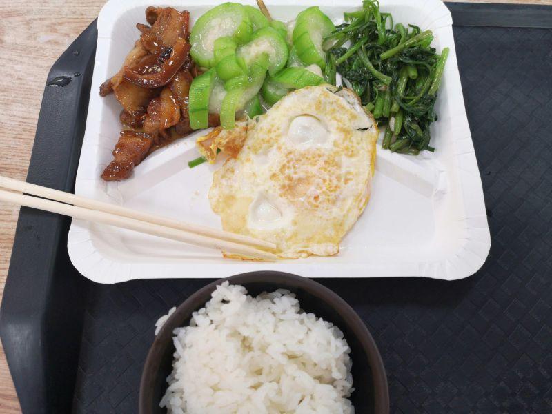 ▲有一位女網友指出,自己到自助餐只夾了3菜1肉1飯。(示意圖/翻攝自PTT)