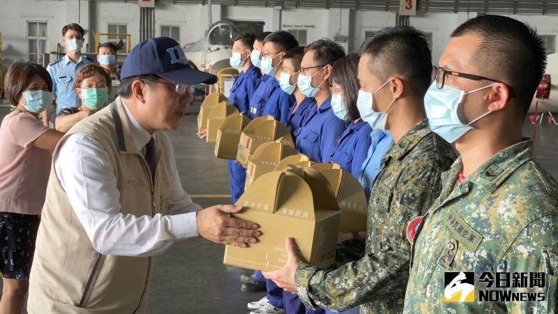 台南市長黃偉哲今(22)日前往空軍台南基地勞軍致意。