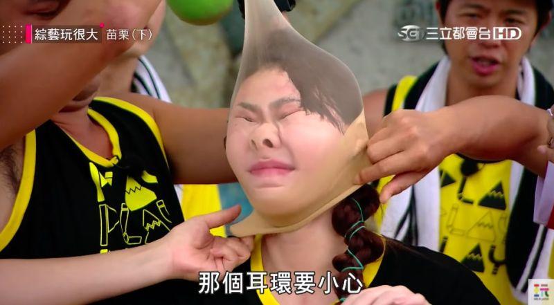▲小鬼關心于娜耳環會被拉扯而受傷。(圖/翻攝綜藝玩很大Youtube)